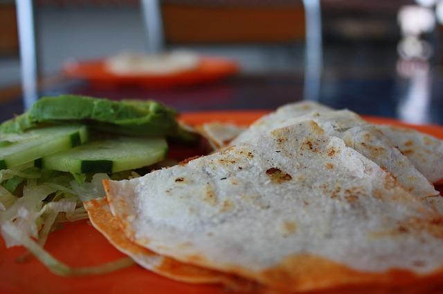 wraps met hummus, gegrilde groenten en yoghurtsausje