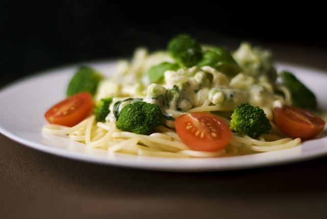 Noedels met zalm en roergebakken groente
