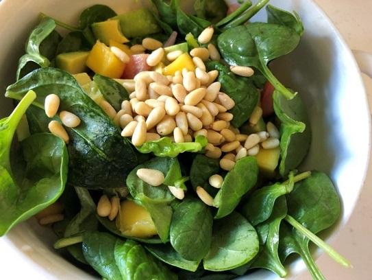 Salade van babyspinazie met avocado en pijnboompitten