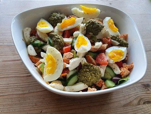 Salade met kip, ei, tomaat, mozzarella en pesto